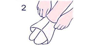 足袋を引っ張って、足指を先端まで入れます。